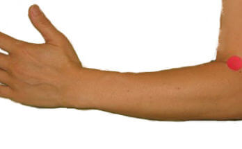 Point d'acupression Etang Sinueux, Courbe de l'Etang, Gros Intestin 11, GI 11